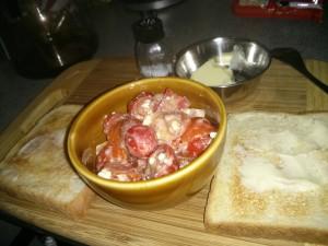 Buttertoast mit einem Tomaten-Peperoni-Schafskäse-Salat.